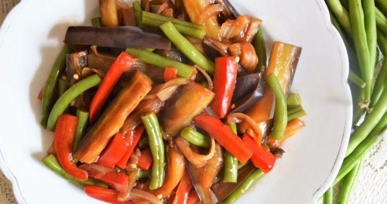 Ostro-kwaśny bakłażan z fasolką szparagową