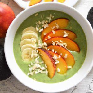 Green smoothie bowl z nektarynką i nerkowcami