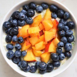 Jogurtowa owsianka z nektarynką i borówkami