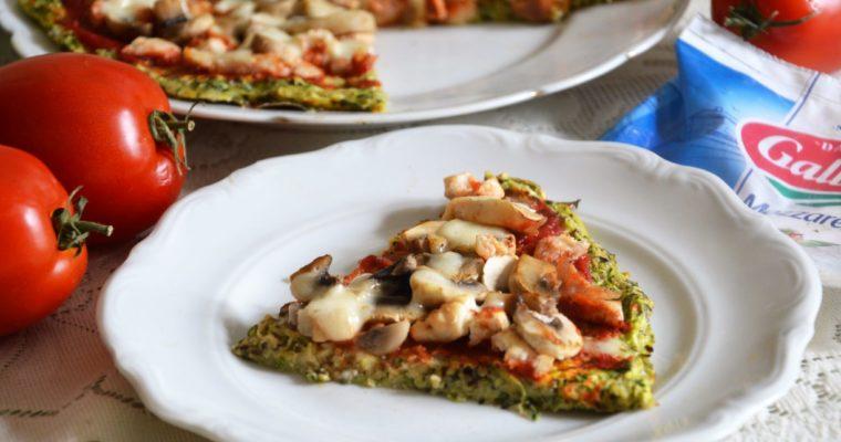 Dietetyczna pizza z cukinii bez mąki z kurczakiem, pieczarkami i mozzarellą
