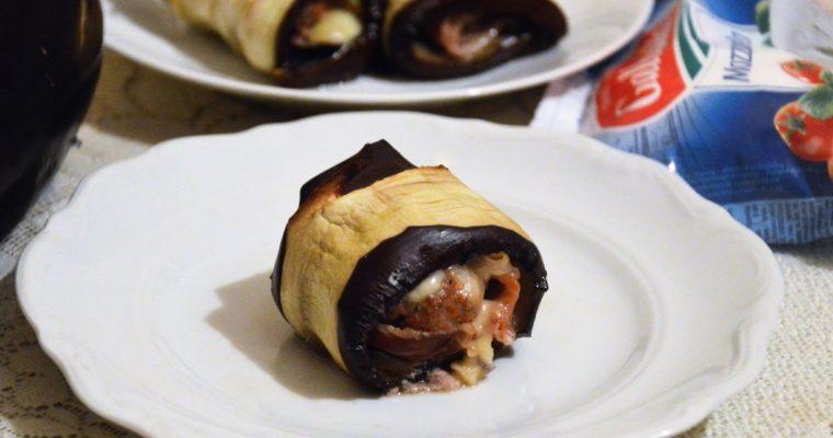 Pieczone roladki z bakłażana z szynką parmeńską, mięsem i mozzarellą