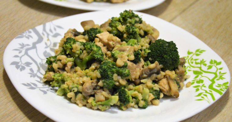 Kasza bulgur z indykiem, brokułami, pieczarkami i masłem orzechowym