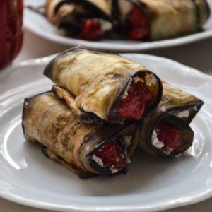 Roladki z bakłażana z fetą i pieczoną papryką
