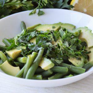 Zielona sałatka z fasolką szparagową, awokado i pietruszką