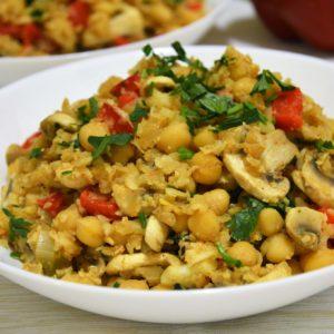 Wegański ryż z kalafiora z ciecierzycą