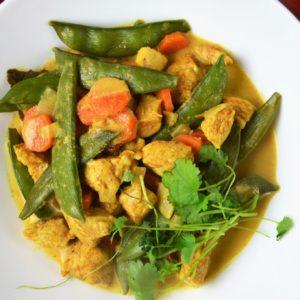 Curry z kurczakiem i groszkiem cukrowym