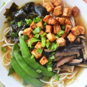 Wegański ramen z tofu, groszkiem cukrowym i wakame