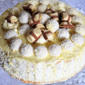 Tort rafaello z ganache z białej czekolady i pralinkami