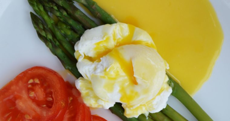 Jajko w koszulce z sosem holenderskim na szparagach