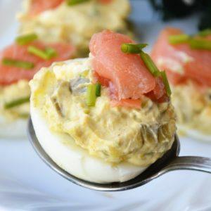 Jajka faszerowane awokado i łososiem wędzonym