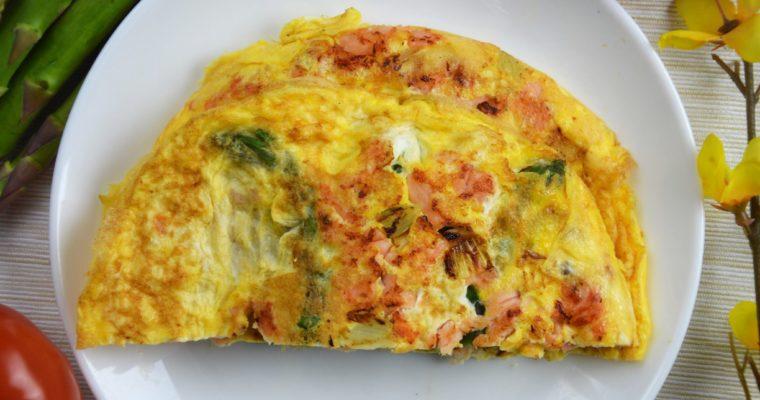 Omlet z łososiem wędzonym i szparagami
