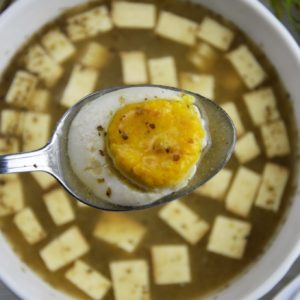 Wegański żurek z tofu wędzonym