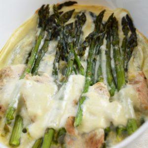 Szparagi zapiekane w sosie beszamelowym z indykiem i mozzarellą