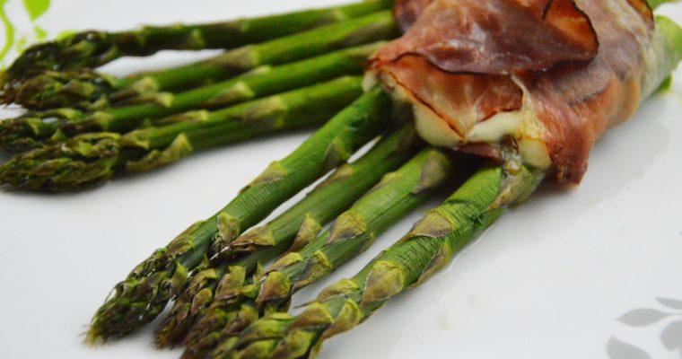 Szparagi z mozzarellą zawijane w wędzoną szynkę