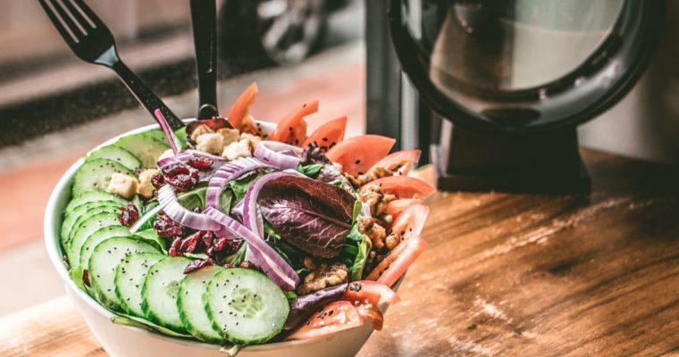 Co jeść na obiad w upały – 10 propozycji na zdrowy obiad na lato