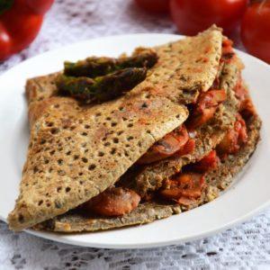 Pełnoziarniste naleśniki ze szparagami, pieczarkami, pomidorami i serem