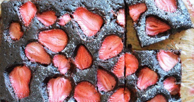 Najłatwiejsze wegańskie ciasto czekoladowe z truskawkami – bez miksera