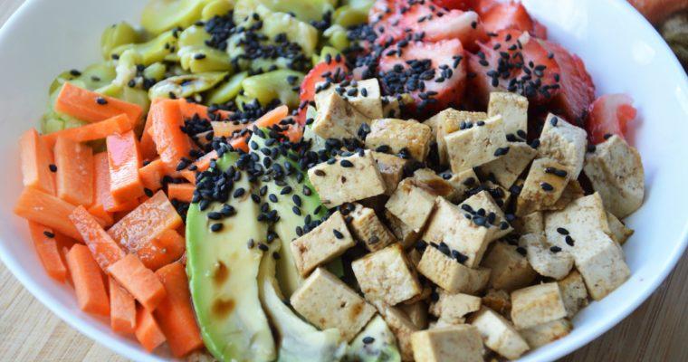 Wegański bowl z tofu, bobem i truskawkami
