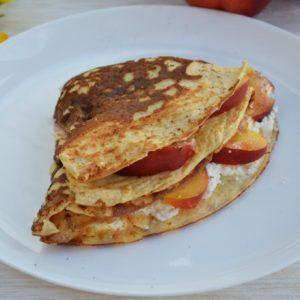 Omlet sernikowy z twarożkiem i nektarynką