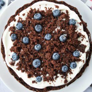 Tort czekoladowy z serkiem i borówkami bez cukru