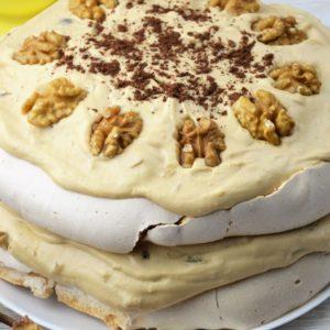 Tort Dacquoise, czyli tort bezowy z masą kajmakową, daktylami i orzechami