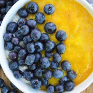 Jogurtowa owsianka z musem mango i borówkami