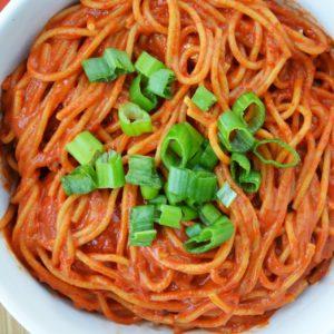 Spaghetti z sosem z pieczonej papryki i masła orzechowego - wegańskie i nieziemsko pyszne