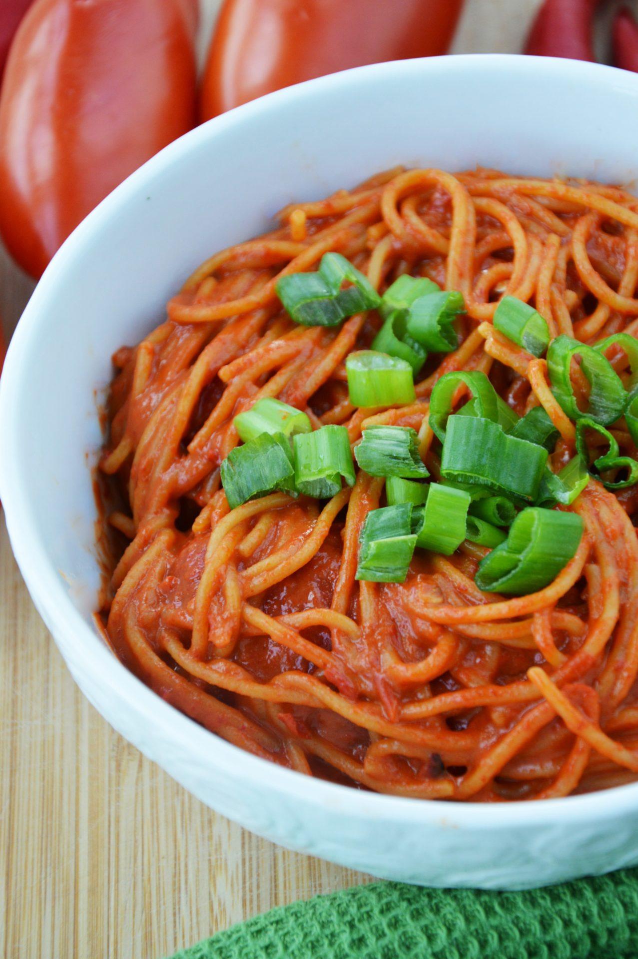 Spaghetti z sosem z pieczonej papryki i masła orzechowego w miseczce