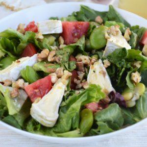 Sałatka z bobem, serem camembert i prażonymi orzechami włoskimi - łatwa, szybka i przepyszna
