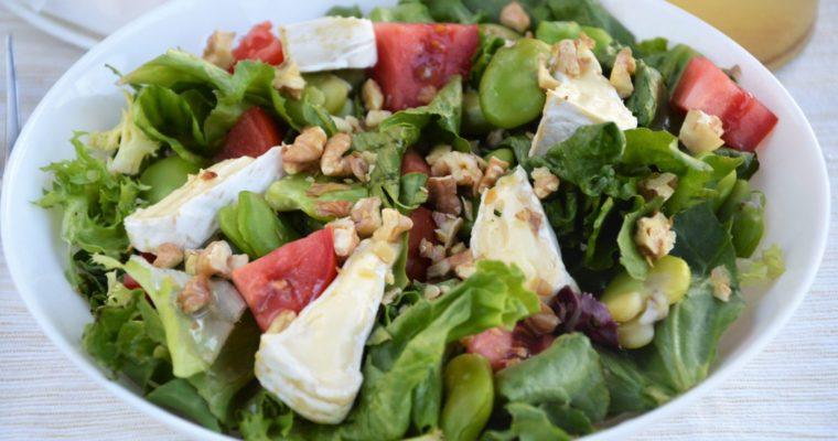 Sałatka z bobem, serem camembert i prażonymi orzechami włoskimi – łatwa, szybka i przepyszna