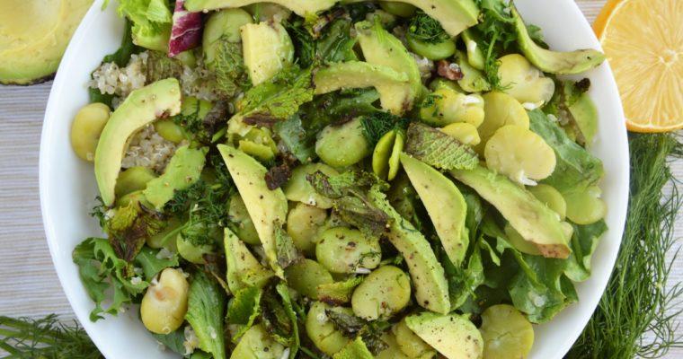 Sałatka z bobem, komosą, awokado i miętą – wegańskie zielone szaleństwo