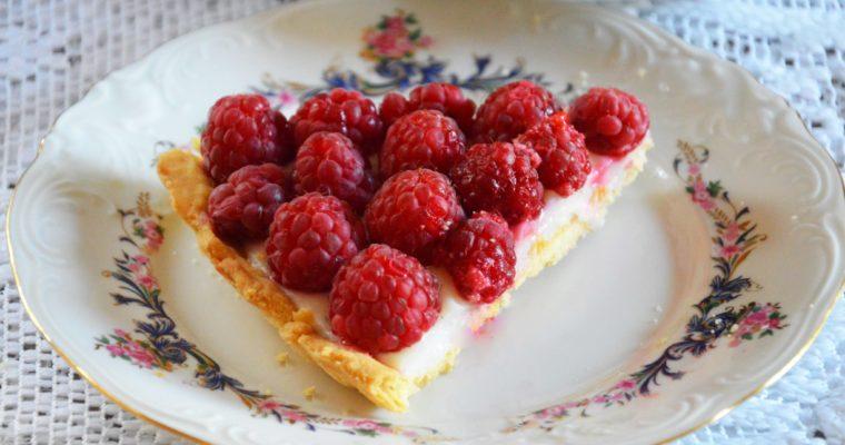Tarta z budyniem i malinami – najlepszy deser na lato