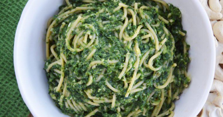 Spaghetti z awokado, szpinakiem i nerkowcami – wegańskie, szybkie i pyszne