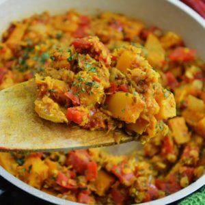 Gulasz curry z dynią soczewicą czerwoną, papryką i natką pietruszki