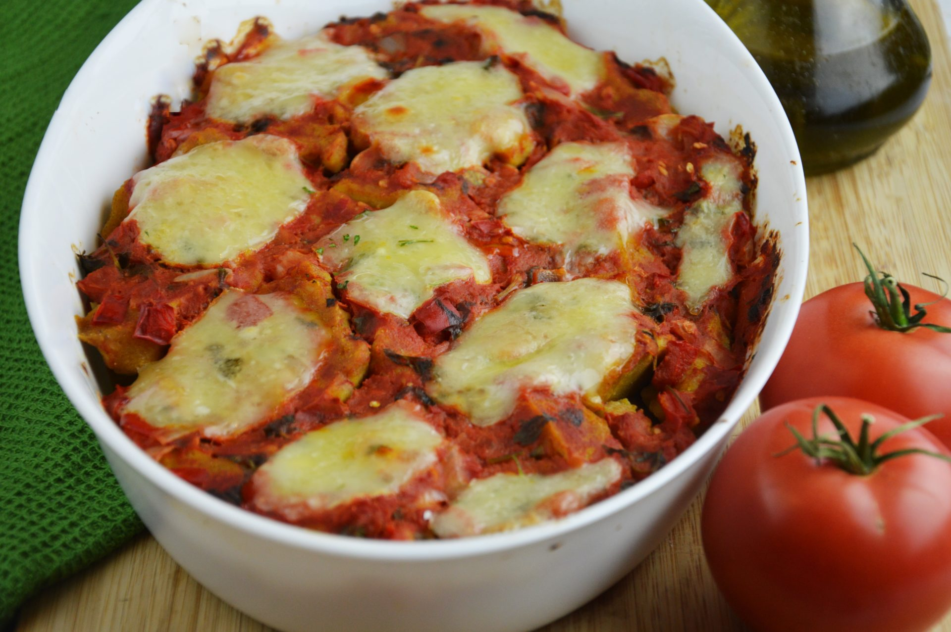 Kopytka dyniowe zapiekane z sosem i mozzarellą w naczyniu żaroodpornym