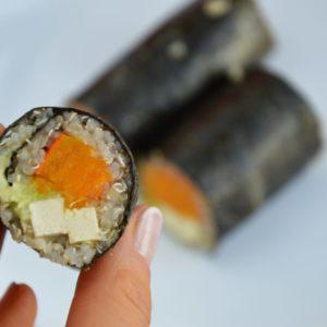 Wegańskie sushi z komosą ryżową, tofu, dynią i awokado