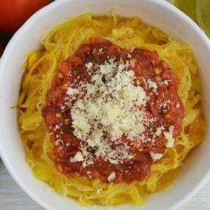 Spaghetti z dyni makaronowej z sosem pomidorowym i parmezanem