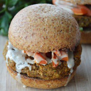 Wegańskie burgery z batatów i komosy ryżowej - podobno najlepsze roślinne burgery na świecie