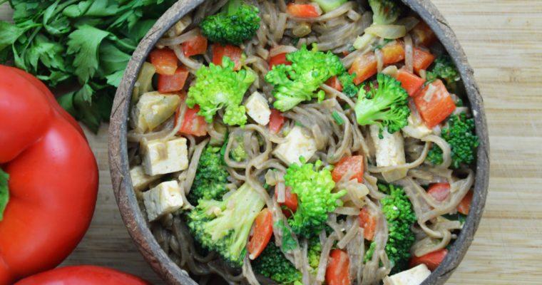 Wegański makaron soba z brokułami i tofu w sosie orzechowym – przepyszny obiad w 10 minut