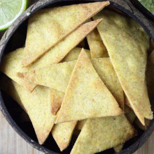 Chrupiące pieczone nachos z guacamole - idealna przekąska na imprezę lub wieczór