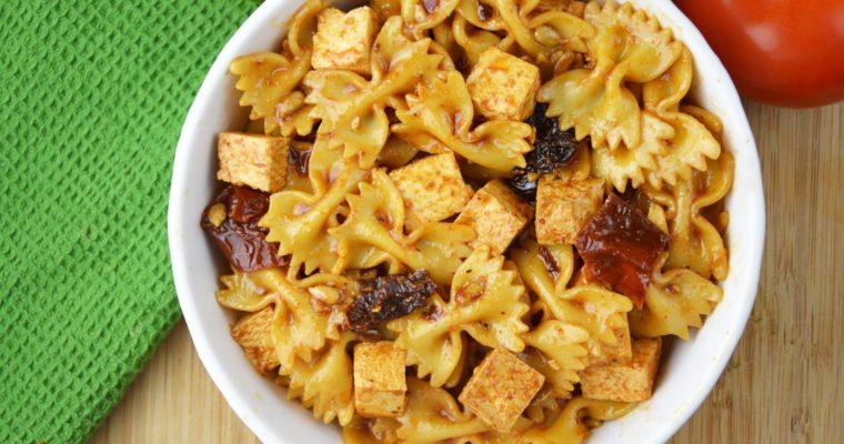 Sałatka makaronowa z tofu i suszonymi pomidorami – wegańska, szybka i przepyszna