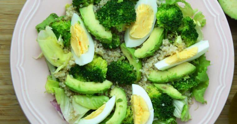 Sałatka z komosą ryżową, brokułami, jajkami i awokado – pyszna, zdrowa i zielona