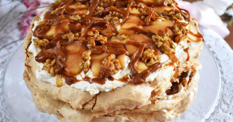 Tort bezowy ze śmietanką, jabłkami i sosem karmelowym