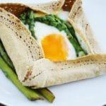 Galettes brettones ze szparagami i jajkiem, czyli gryczane naleśniki ze szparagami i jajkiem po bretońsku