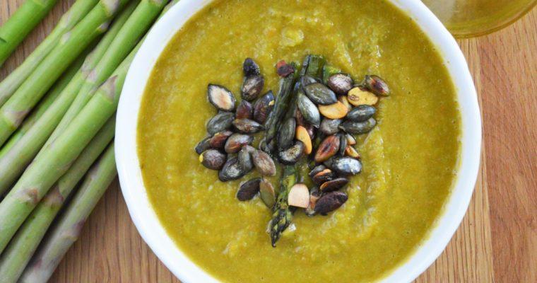 Zupa krem ze szparagów zielonych pieczonych z solą wędzoną – wegański, najłatwiejszy i najlepszy krem szparagowy