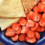 Owsiane naleśniki na kefirze z truskawkami - bardzo delikatne i o sernikowatym posmaku