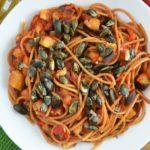 Spaghetti z pomidorami i bakłażanem z prażonymi pestkami dyni - wegańskie i ekspresowe
