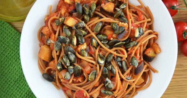 Spaghetti z pomidorami i bakłażanem z prażonymi pestkami dyni – wegańskie i ekspresowe