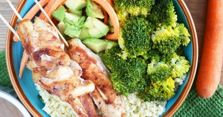 Bowl z szaszłykami z kurczaka, brokułami i sosem orzechowym – idealny obiad na lato