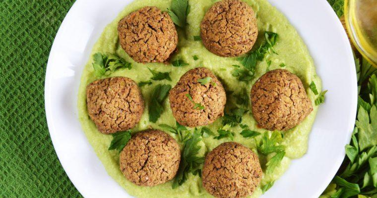 Pieczone klopsiki z bobu i soczewicy z hummusem z bobu – bobowa wersja falafeli z hummusem